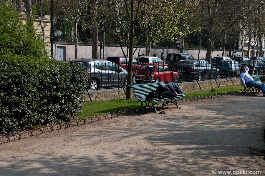 Прохожий отдыхает в парке